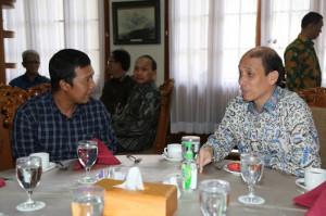 Bupati Tanjung Jabung Timur Romi Hariyanto tampak akrab dan berdiskusi langsung dengan Wamen ESDM Archandra Tahar